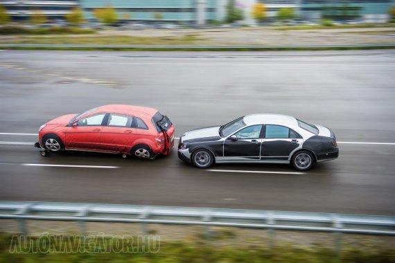 A következő generáció Distronic Plus berendezése már 200 km/h-s sebességig segít a vezetőnek a ráfutásos balesetek elkerülésében
