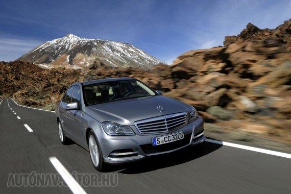 Csakis automata váltóval kínál távolságtartós tempomatot a Mercedes-Benz C-osztály, csomagban adja a holttérfigyelővel és a sávtartóval