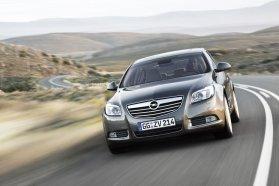 Az Opel Insignia távolságtartós tempomatja csak 50 km/órás tempóig lassít, utána a vezetőnek kell