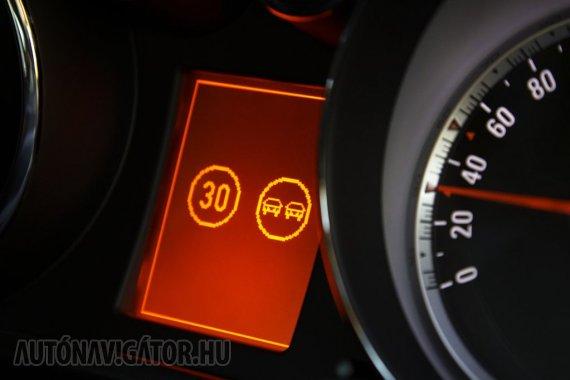 Táblafelismerés − az Opel Insignia a sávelhagyásra figyelmeztetéssel együtt 176 000 forintért, azaz egyáltalán nem túlzó áron adja