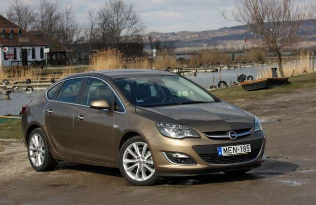 Opel Astra Sedan Cosmo 1.4 Turbo ECOTEC Start/Stop teszt