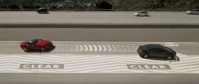 Ha üres az előttünk lassabban haladó autó melletti terület, a sávtakarító automatikusan tereli ki azt a szélső sávba