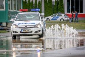 Hogyan tanulnak vezetni a rendőrök?